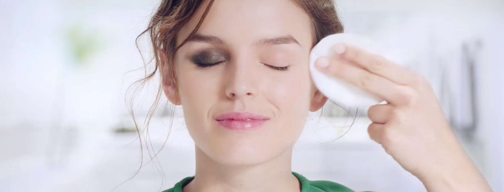 چگونه چشم هایی زیبا و جذاب داشته باشیم؟ چگونه چشم هایی زیبا و جذاب داشته باشیم؟ چگونه چشم هایی زیبا و جذاب داشته باشیم؟ 1099042 simple how to remove your party make up green top wiping