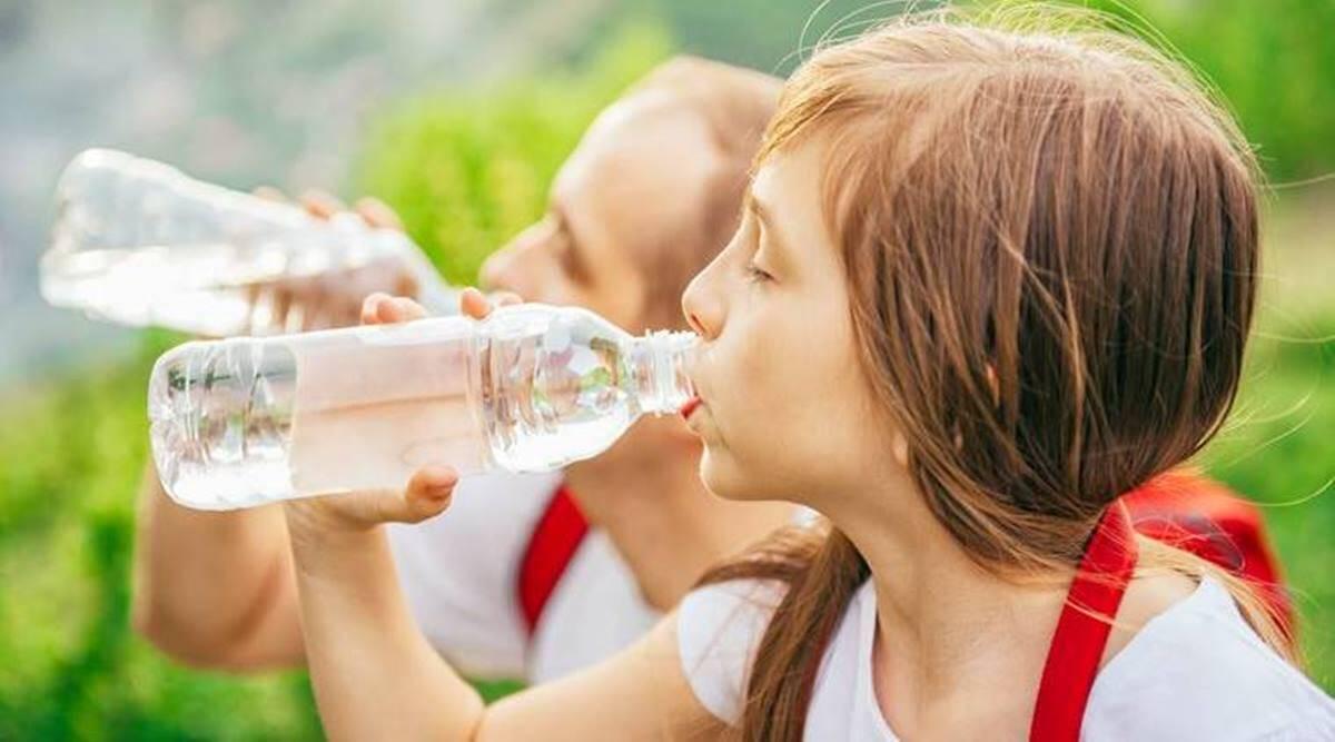 بهترین مواد غذایی در کرونا بهترین مواد غذایی برای کرونا بهترین مواد غذایی برای کرونا kids drinking water getty images1200