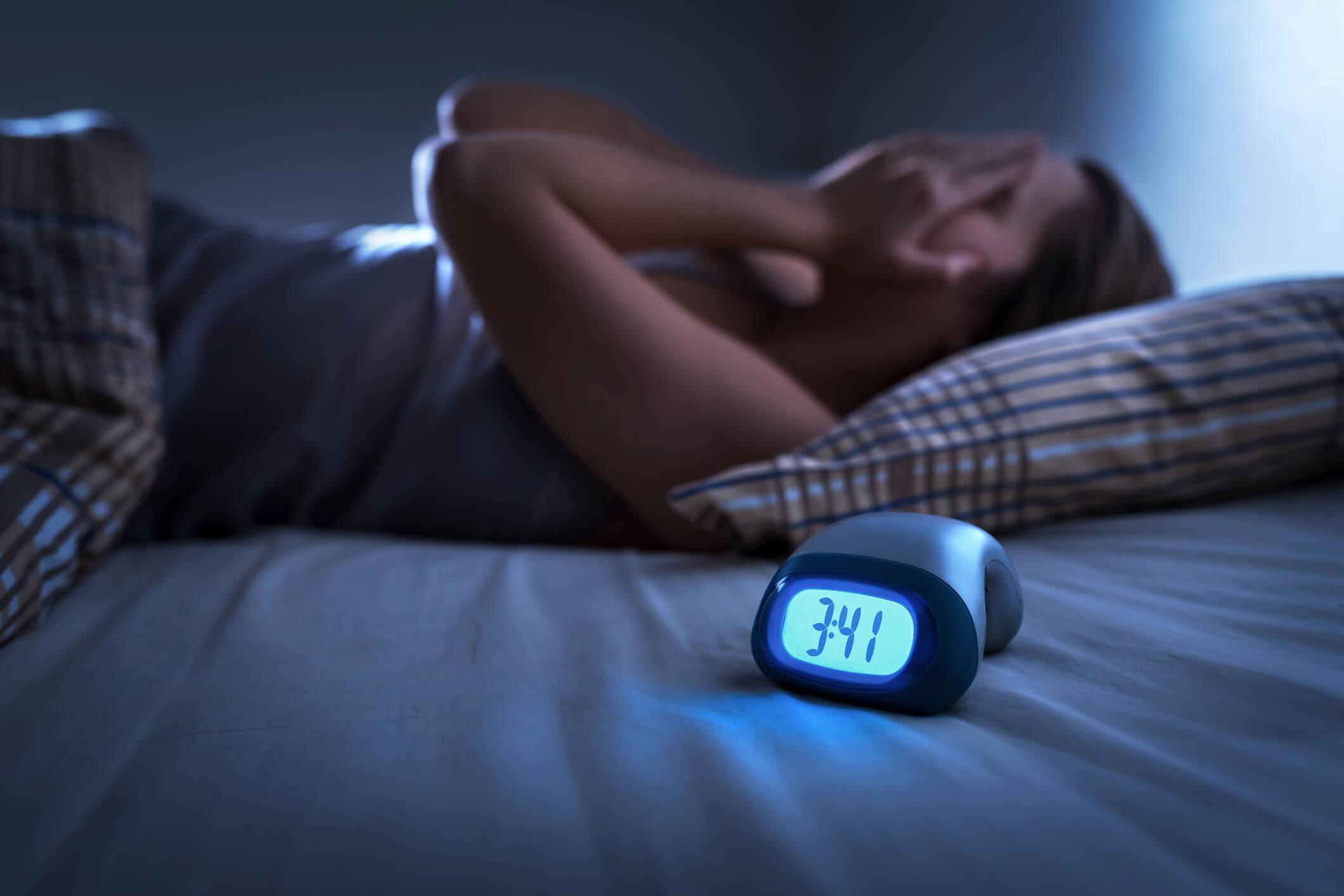 درمان بی خوابی درمان بی خوابی راه های درمان بی خوابی woman clock insomnia